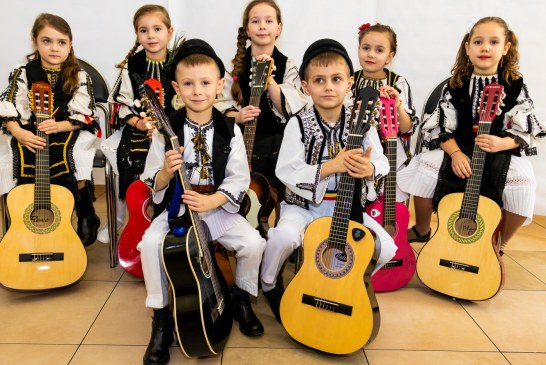 Copii in haine romanesti